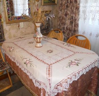 стол и скатерть